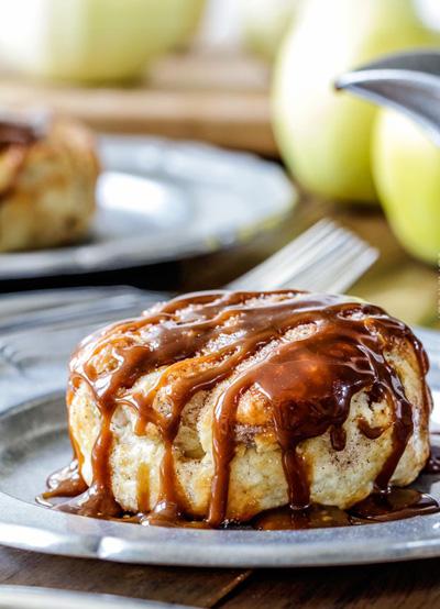 طرز تهیه پیراشکی سیب با سس بادام